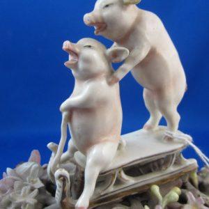 Bonbonniere mandje met 2 varkens op slee - ca 1910