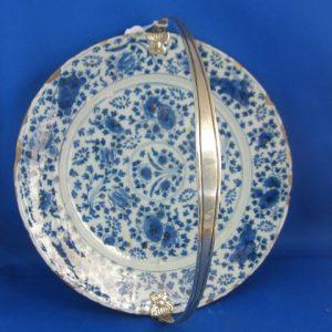 Delfts bord 18e eeuw met 19e eeuwse hengsel van zilver