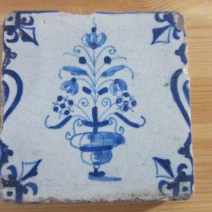 Antieke tegel met bloemvaas - ca 1640