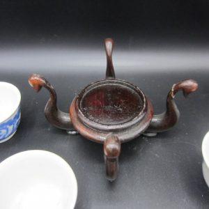 Antiek porseleinen sake stel met kendi op elegante hokker - Japan - begin 20e eeuw