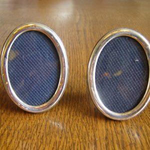 2 Zilveren ovalen fotolijstjes